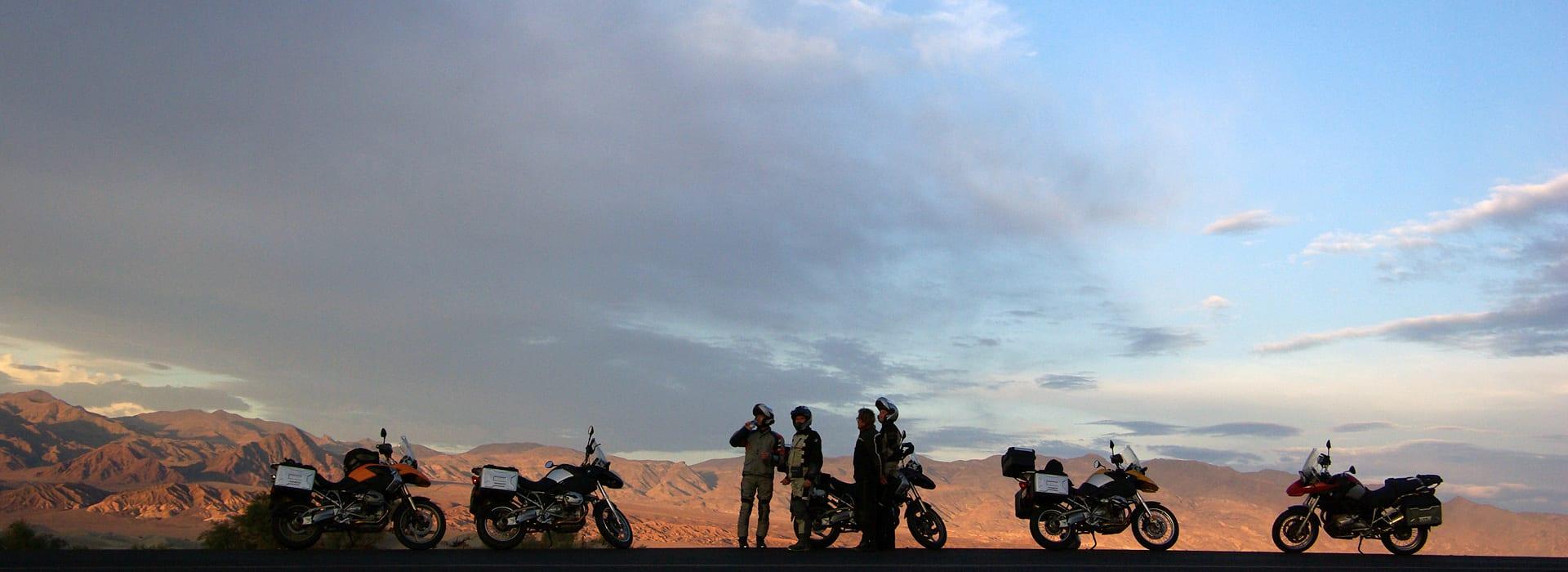 Op de GS motor genieten van de zonsondergang in death valley
